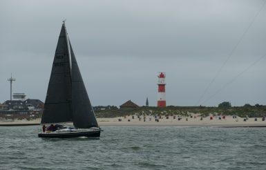 Segeln vor dem Südstrand, Test der Windstärke und Windrichtung.