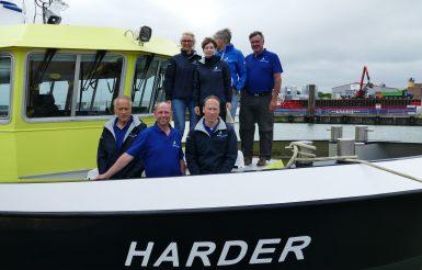 """Das Team der """"Harder"""", dem Starterschiff der Borkum Helgoland Regatta."""
