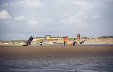 Kiter auf dem Weg ins Wasser