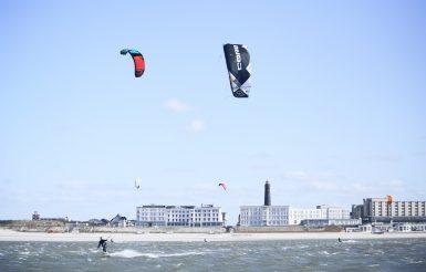 Kitesurfen in der Bucht vor der Borkumer Promenade